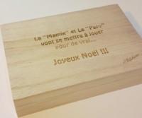 image de texte gravé sur une boite à cartes en bois non uniforme