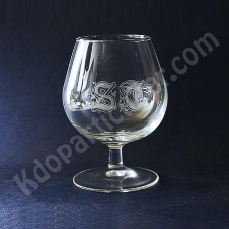 verre à cognac gravé d'initiales gothiques